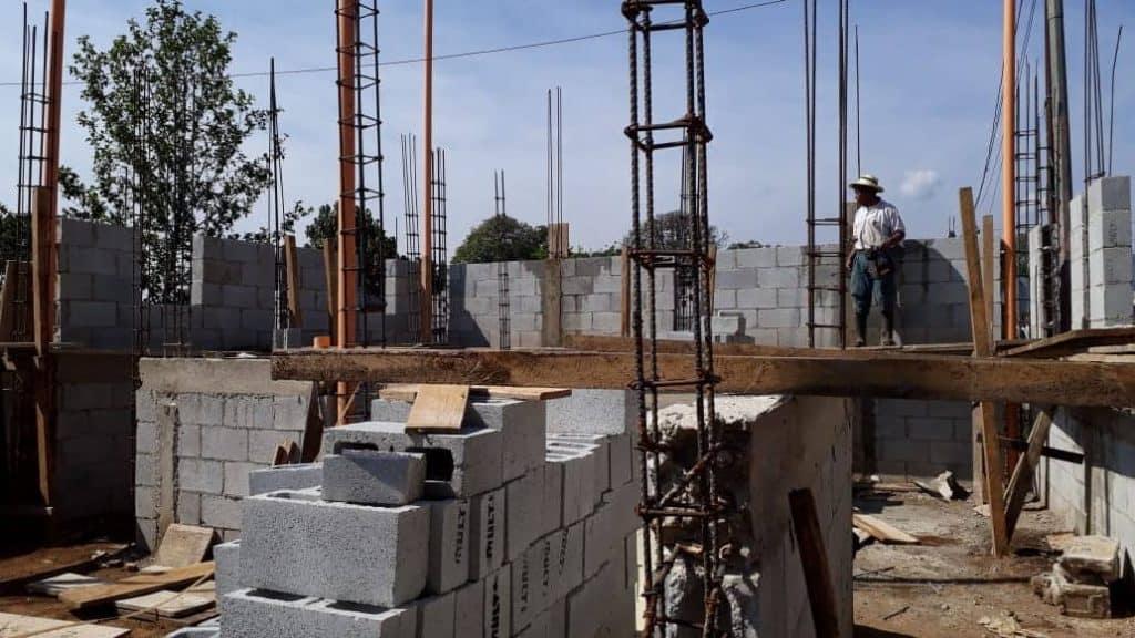 De bouw van het healingscenter IXPIYAKOK IXMUKANE